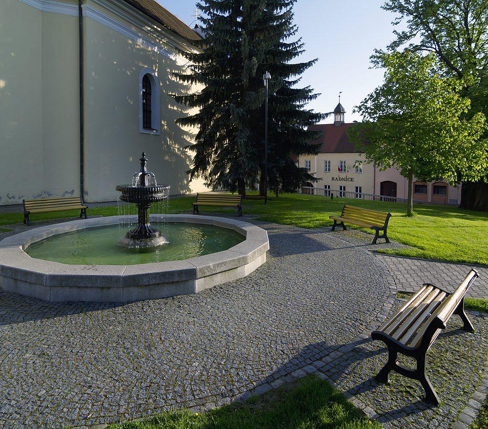 Olešnice - kašna na náměstí, v pozadí radnice